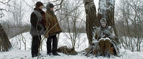 Es invierno y los gemelos dan un paseo por el bosque.