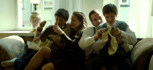 Escena feliz de la familia