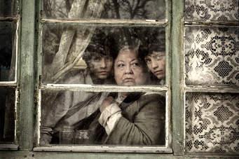 Los gemelos y su abuela.